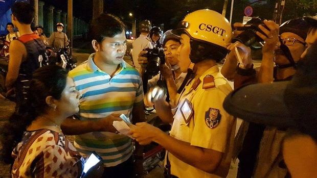 Clip: CSGT nói tiếng Anh nhanh như gió, phiên dịch giúp ông Hải xin lỗi 2 du khách Ấn Độ bị giật túi xách ở Sài Gòn - Ảnh 2.