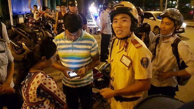 Clip: CSGT nói tiếng Anh nhanh như gió, phiên dịch giúp ông Hải xin lỗi 2 du khách Ấn Độ bị giật túi xách ở Sài Gòn - Ảnh 3.