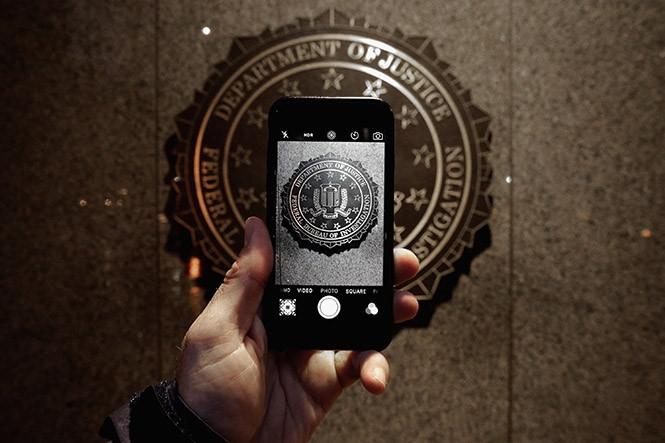 Tòa án ủng hộ FBI trong vụ việc bẻ khóa iPhone 5C  /// Ảnh: AFP