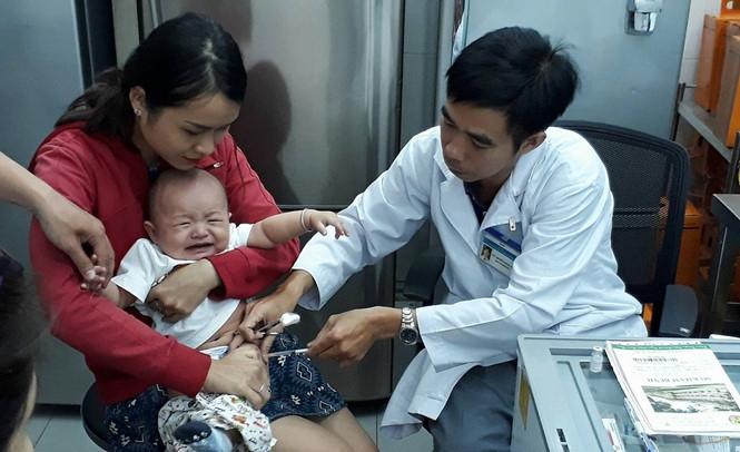 Tiêm vắc xin thuộc chương trình tiêm chủng mở rộng hay dịch vụ, phụ huynh đều cần theo dõi trẻ sau tiêm