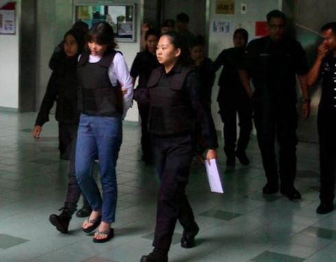 Đoàn Thị Hương mặc áo chống đạn để hầu tòa. (Ảnh: Malaysiandigest)