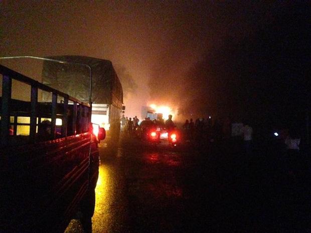 Đắk Lắk: Xe container chở gỗ bất ngờ bốc cháy, tài xế đạp cửa thoát thân - Ảnh 2.