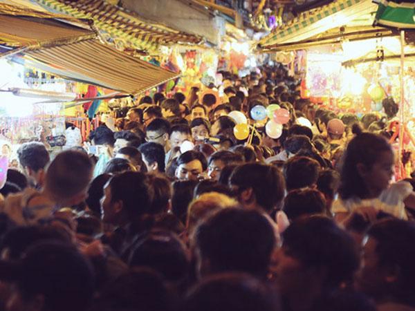 Chùm ảnh: Cảnh tượng đông đúc đến nghẹt thở tại Hà Nội và Sài Gòn trước thềm Trung thu