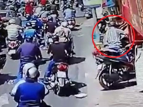 Clip: Táo tợn trộm xe ngay giữa phố đông người