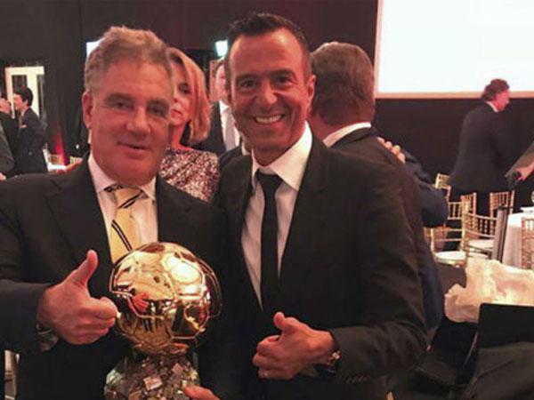 Ronaldo bán đấu giá bản sao Quả Bóng Vàng làm từ thiện