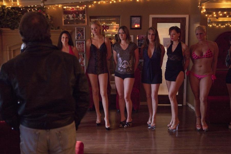 Moonlite Bunny Ranch là một nhà chứa hợp pháp nổi tiếng được hoạt động công khai tại bang Nevada, nơi công nhận mại dâm là một công việc bình thường. Chốn mua vui này là nơi quy tụ của rất nhiều thành phần xã hội khác nhau bao gồm cả lính Mỹ, dân văn phòng, giáo viên, nữ sinh, các bà nội trợ...