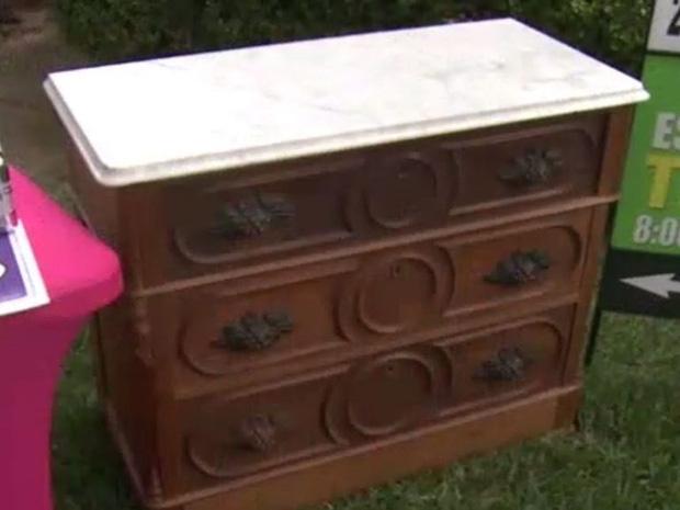 Bỏ 100 USD mua chiếc tủ cũ kỹ, người đàn ông choáng váng khi mở ngăn kéo ra - Ảnh 1.