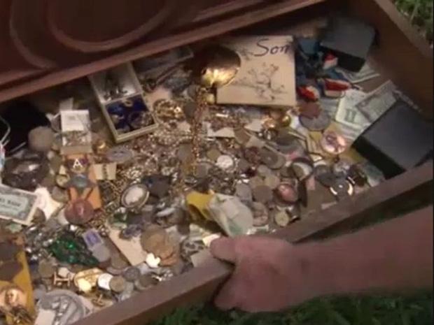Bỏ 100 USD mua chiếc tủ cũ kỹ, người đàn ông choáng váng khi mở ngăn kéo ra - Ảnh 6.