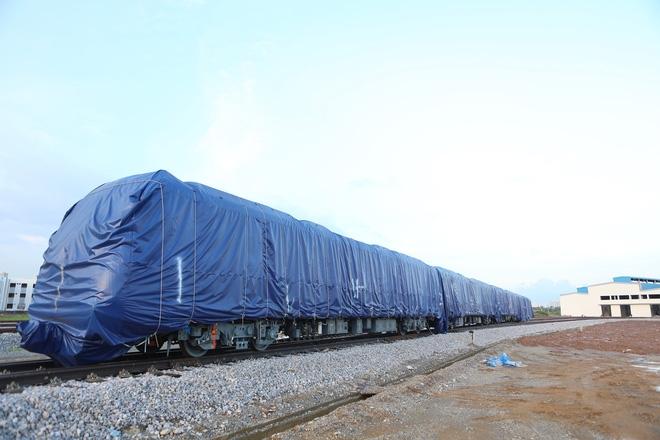 Cận cảnh hàng chục toa tàu được lắp đặt ở đường sắt trên cao Hà Đông - Cát Linh  - Ảnh 1.