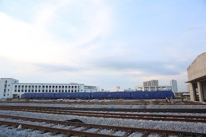 Cận cảnh hàng chục toa tàu được lắp đặt ở đường sắt trên cao Hà Đông - Cát Linh  - Ảnh 2.
