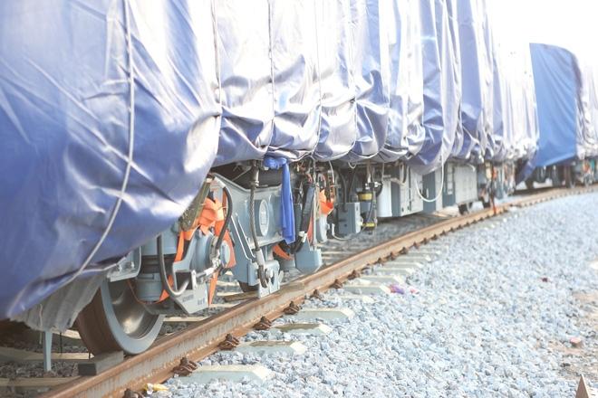 Cận cảnh hàng chục toa tàu được lắp đặt ở đường sắt trên cao Hà Đông - Cát Linh  - Ảnh 3.