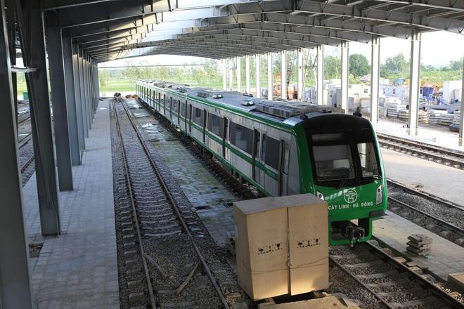 Cận cảnh hàng chục toa tàu được lắp đặt ở đường sắt trên cao Hà Đông - Cát Linh  - Ảnh 5.