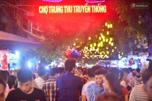 Chùm ảnh: Cảnh tượng đông đúc đến nghẹt thở tại Hà Nội và Sài Gòn trước thềm Trung thu - Ảnh 1.