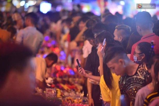 Chùm ảnh: Cảnh tượng đông đúc đến nghẹt thở tại Hà Nội và Sài Gòn trước thềm Trung thu - Ảnh 4.