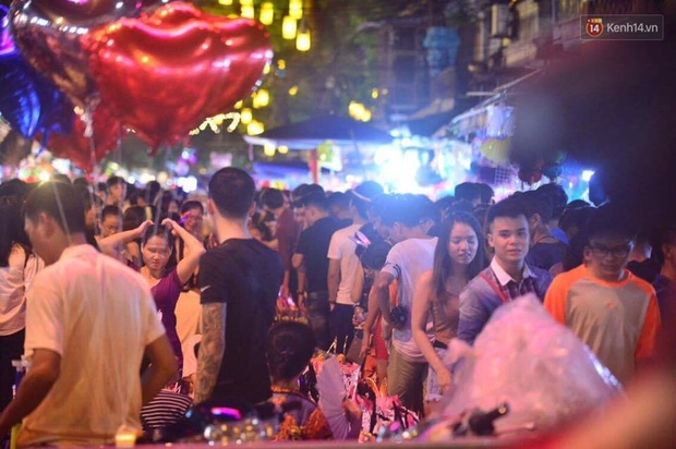 Chùm ảnh: Cảnh tượng đông đúc đến nghẹt thở tại Hà Nội và Sài Gòn trước thềm Trung thu - Ảnh 6.