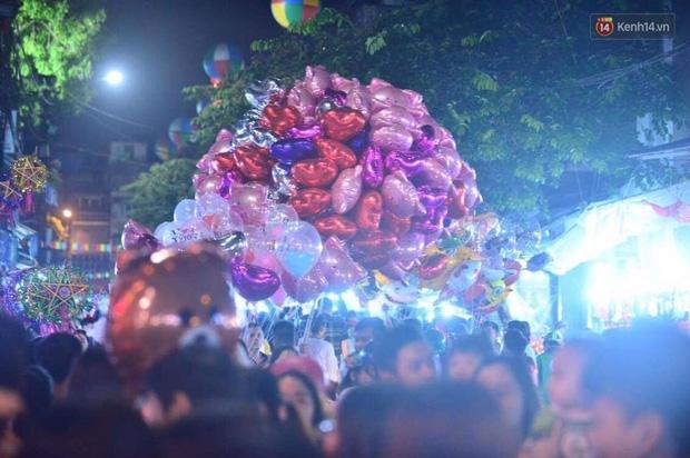 Chùm ảnh: Cảnh tượng đông đúc đến nghẹt thở tại Hà Nội và Sài Gòn trước thềm Trung thu - Ảnh 7.