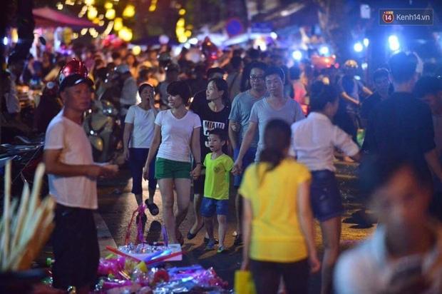 Chùm ảnh: Cảnh tượng đông đúc đến nghẹt thở tại Hà Nội và Sài Gòn trước thềm Trung thu - Ảnh 8.