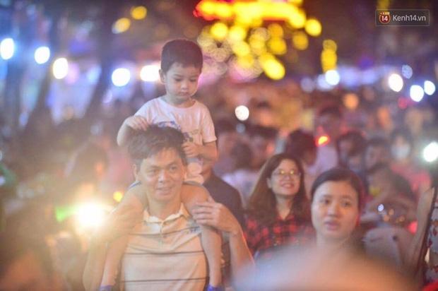 Chùm ảnh: Cảnh tượng đông đúc đến nghẹt thở tại Hà Nội và Sài Gòn trước thềm Trung thu - Ảnh 9.