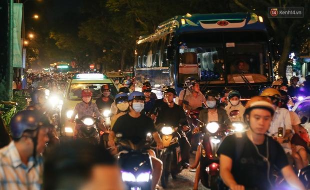 Chùm ảnh: Cảnh tượng đông đúc đến nghẹt thở tại Hà Nội và Sài Gòn trước thềm Trung thu - Ảnh 12.
