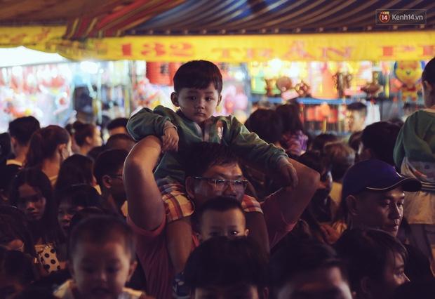Chùm ảnh: Cảnh tượng đông đúc đến nghẹt thở tại Hà Nội và Sài Gòn trước thềm Trung thu - Ảnh 18.