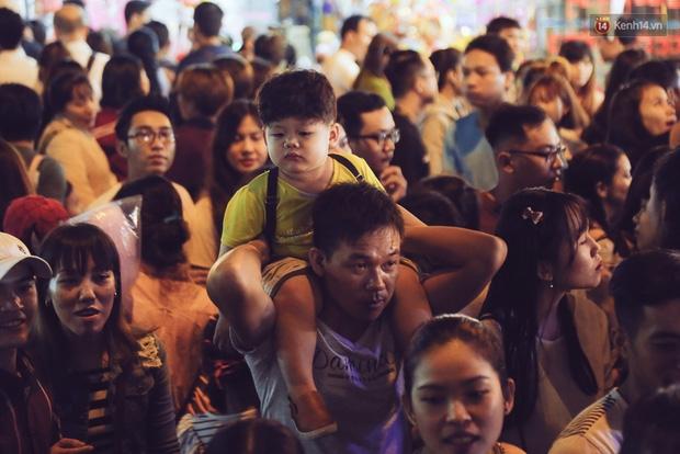 Chùm ảnh: Cảnh tượng đông đúc đến nghẹt thở tại Hà Nội và Sài Gòn trước thềm Trung thu - Ảnh 21.