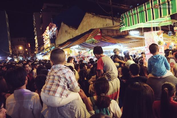 Chùm ảnh: Cảnh tượng đông đúc đến nghẹt thở tại Hà Nội và Sài Gòn trước thềm Trung thu - Ảnh 22.