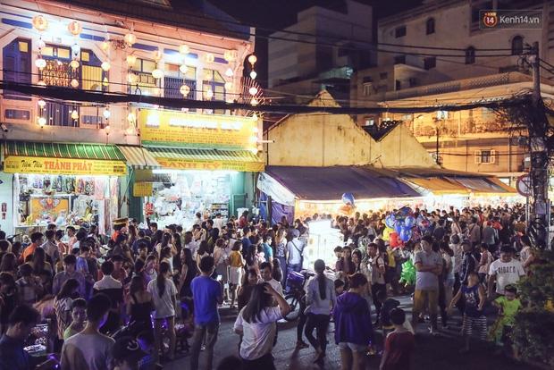 Chùm ảnh: Cảnh tượng đông đúc đến nghẹt thở tại Hà Nội và Sài Gòn trước thềm Trung thu - Ảnh 23.