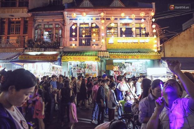 Chùm ảnh: Cảnh tượng đông đúc đến nghẹt thở tại Hà Nội và Sài Gòn trước thềm Trung thu - Ảnh 24.