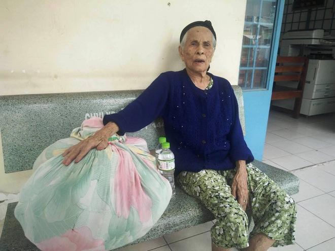 Cụ bà 84 tuổi xách túi đồ đi lang thang mừng rơi nước mắt khi được con trai, con gái đến đón về - Ảnh 2.