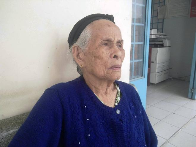 Cụ bà 84 tuổi xách túi đồ đi lang thang mừng rơi nước mắt khi được con trai, con gái đến đón về - Ảnh 3.