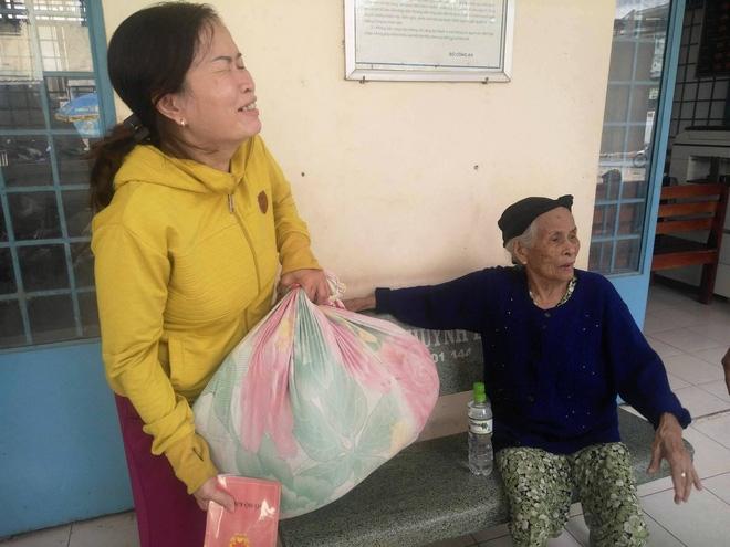 Cụ bà 84 tuổi xách túi đồ đi lang thang mừng rơi nước mắt khi được con trai, con gái đến đón về - Ảnh 4.