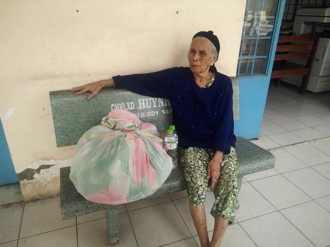 Cụ bà 84 tuổi xách túi đồ đi lang thang mừng rơi nước mắt khi được con trai, con gái đến đón về - Ảnh 5.
