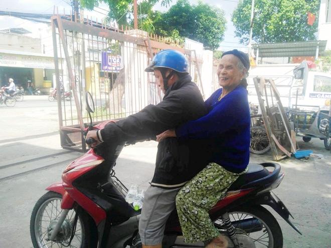 Cụ bà 84 tuổi xách túi đồ đi lang thang mừng rơi nước mắt khi được con trai, con gái đến đón về - Ảnh 7.