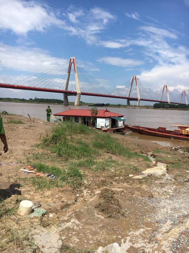 Hà Nội: Thanh niên nhảy cầu tự tử không chết, tự bơi vào bờ ngồi cười sau đó được lực lượng chức năng đưa về nhà - Ảnh 1.