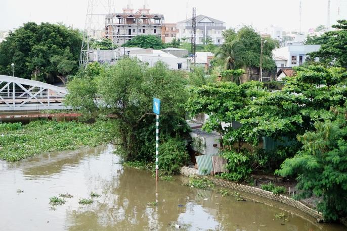Kinh hãi 27 căn nhà sắp tuột xuống sông Sài Gòn! - Ảnh 2.