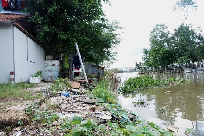 Kinh hãi 27 căn nhà sắp tuột xuống sông Sài Gòn! - Ảnh 13.