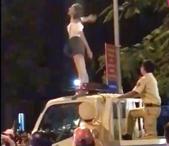Cô gái trèo lên nóc xe lực lượng CSGT nhảy múa (ảnh cắt từ clip)