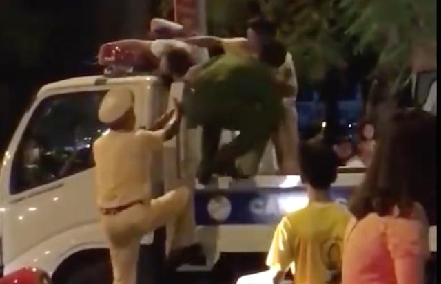 Lực lượng Công an khống chế đưa cô gái xuống đưa về phường Vị Hoàng