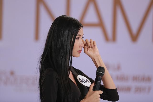 Hoàng Thùy cũng xúc động đến rơi nước mắt khi nhìn lại khoảng thời gian cố gắng cùng nổ lực của mình trong suốt thời gian qua cũng như áp lực rất lớn khi trở thành thí sinh của Hoa hậu Hoàn vũ.