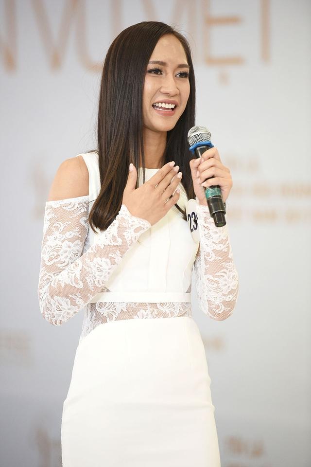Ở phần thi phỏng vấn với ban giám khảo, thí sinh Nguyễn Thị Anh có thời gian dài sống và học tập ở Nga, vì thế cô xin lỗi ban giám khảo vì nói tiếng Việt không rành.