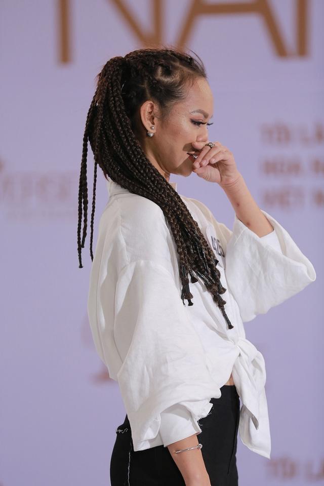 Mai Ngô đã bật khóc khi nhận được những nhận định không hay về sự tin tự của mình trước giám khảo.