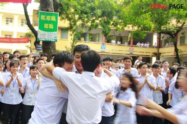 Thêm 1 chuyện Sống tử thế được gì?: Thầy Hiệu trưởng chuyển công tác, hàng trăm HS ở Ninh Bình xếp hàng khóc - Ảnh 1.