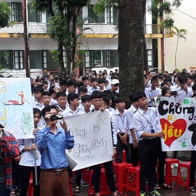 """Thêm 1 chuyện """"Sống tử thế được gì?"""": Thầy Hiệu trưởng chuyển công tác, hàng trăm HS ở Ninh Bình xếp hàng khóc - Ảnh 2."""