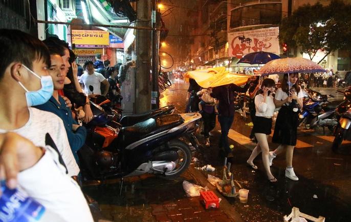 Trẻ em mệt mỏi dưới mưa trong đêm Tết thiếu nhi - Ảnh 5.