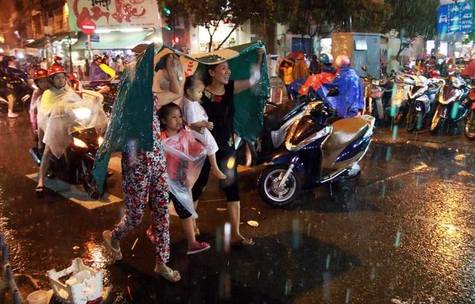 Trẻ em mệt mỏi dưới mưa trong đêm Tết thiếu nhi - Ảnh 6.