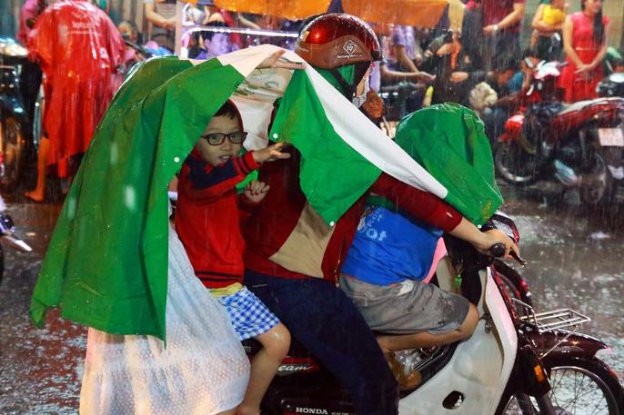 Trẻ em mệt mỏi dưới mưa trong đêm Tết thiếu nhi - Ảnh 8.