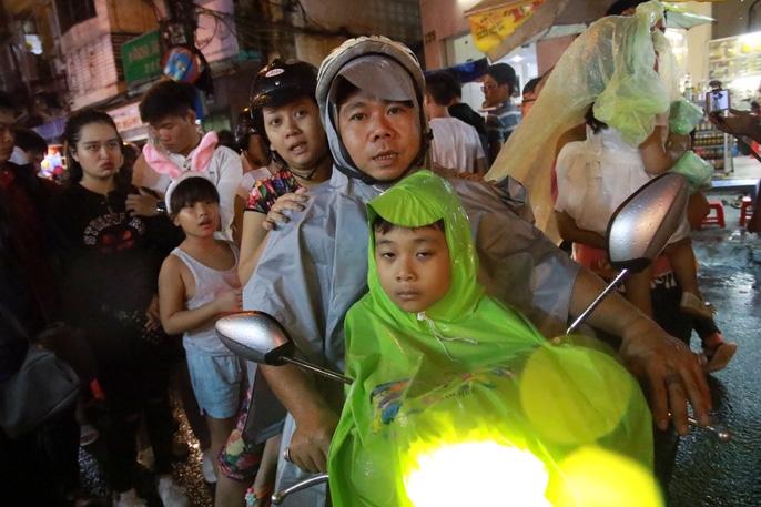 Trẻ em mệt mỏi dưới mưa trong đêm Tết thiếu nhi - Ảnh 9.