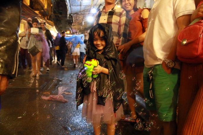 Trẻ em mệt mỏi dưới mưa trong đêm Tết thiếu nhi - Ảnh 14.