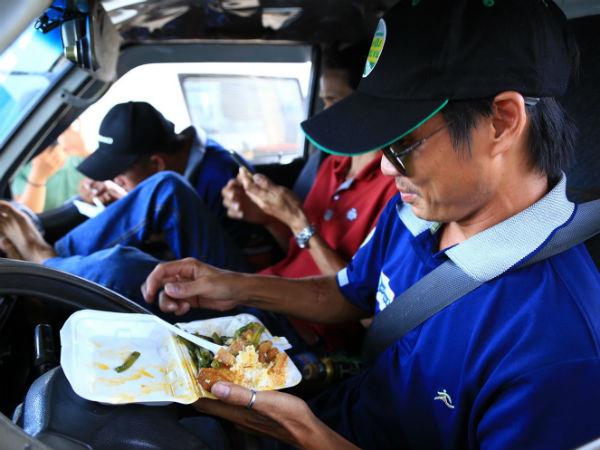 Tài xế ăn cơm hộp trên vô lăng ngay giữa trạm BOT Biên Hoà