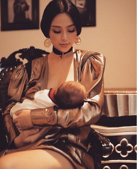 2 tuần sau sinh con, Huyền Baby đã tái xuất xinh đẹp, tự tin khoe ảnh trang điểm lộng lẫy cho con bú - Ảnh 1.